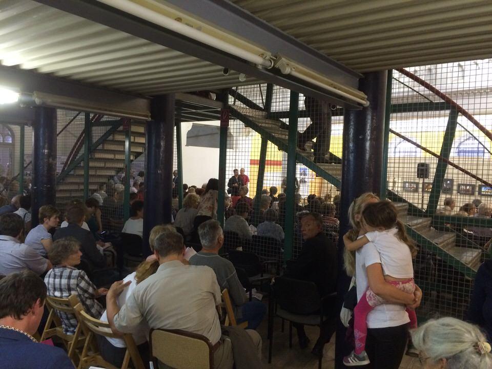 Die überfüllte Synagoge vor dem Konzert