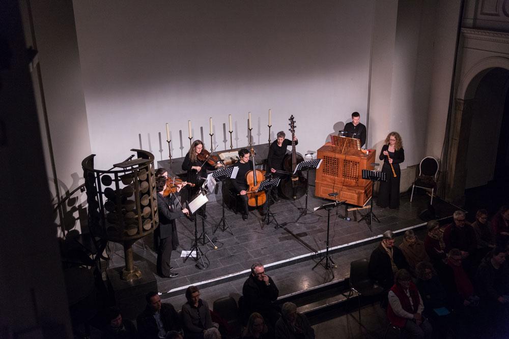 Wenn das Szenische den Ton angibt, sehen die Musiker/innen eben nur den Rücken des Publikums. Von der Aufführung von Ich habe genug, Köln, 11. März 2016 · FotoAnna Siggelkow