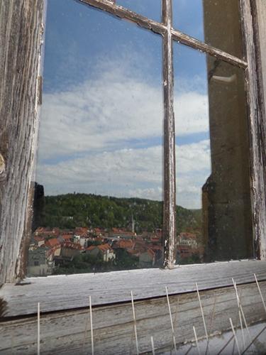 Bach-Pilgerort Arnstadt, gespiegelt im Turmfenster.