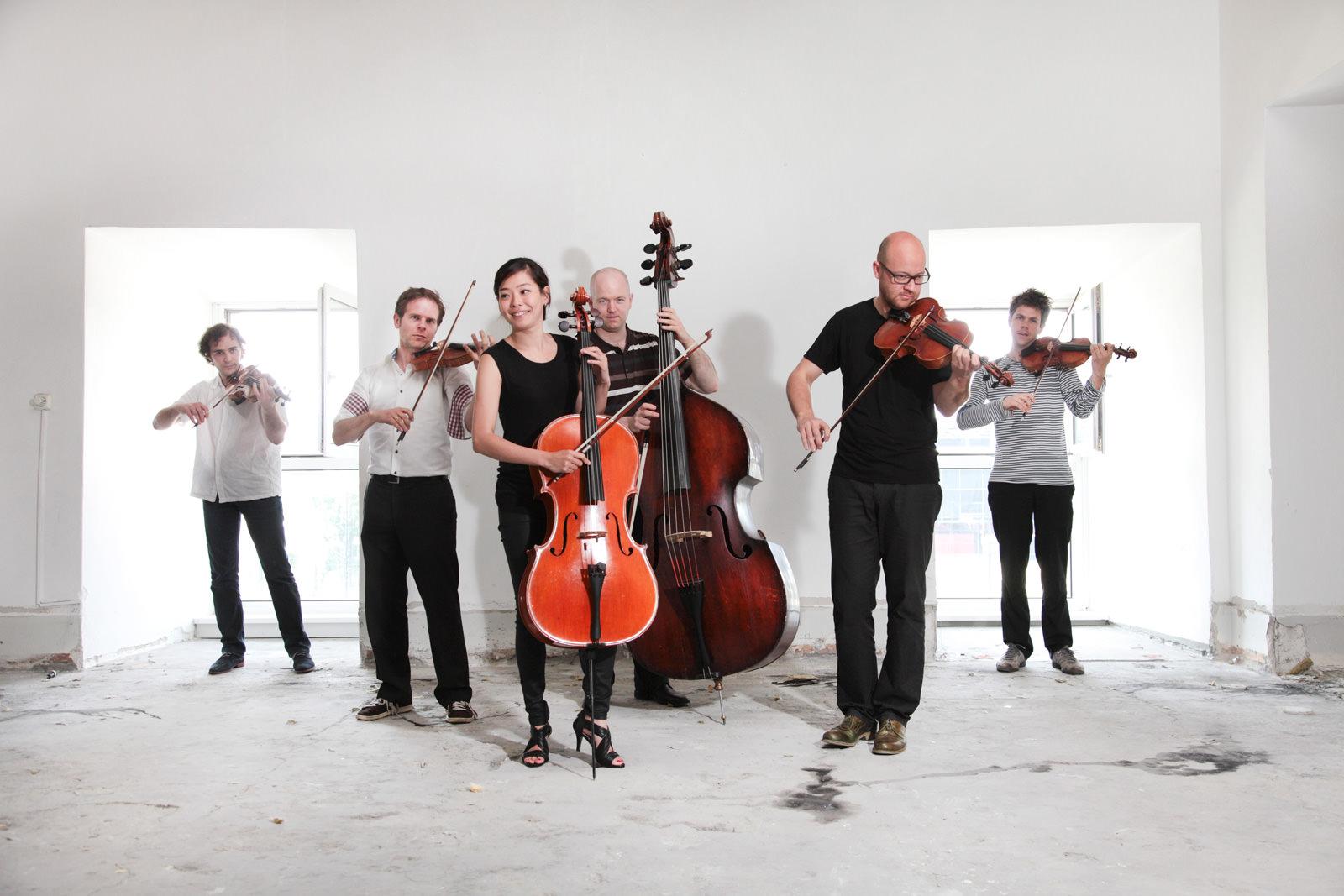 Musiker des Ensemble Resonanz auf der Baustelle des Resonanzraums.