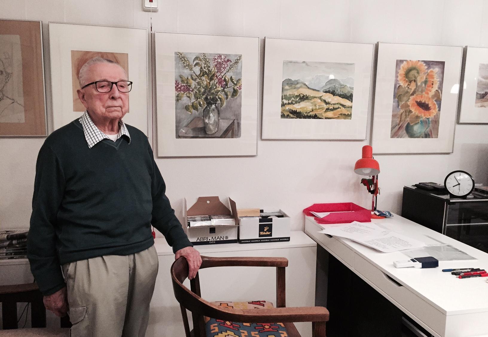 Eberhard Wangemann in seiner Wohnung, zwischen seinen Bildern. Er ist ältestes noch lebendes Mitglied des heutigen DSO, das Orchester, das im November seinen 70. Geburtstag feiert. Bei den meisten Konzerten ist auch heute noch Eberhard Wangemann im Publikum zu finden.