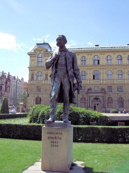 Dvořák-Statue auf dem Jan-Palach-Platz vor dem Rudolfinum in Prag •Foto:Jim Linwood(CC BY 2.0)