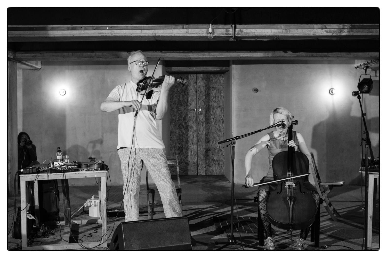 Jennifer Walshe und Tony Conrado auf demLondon Contemporary Music Festival2013 •FotoFabio Lugano