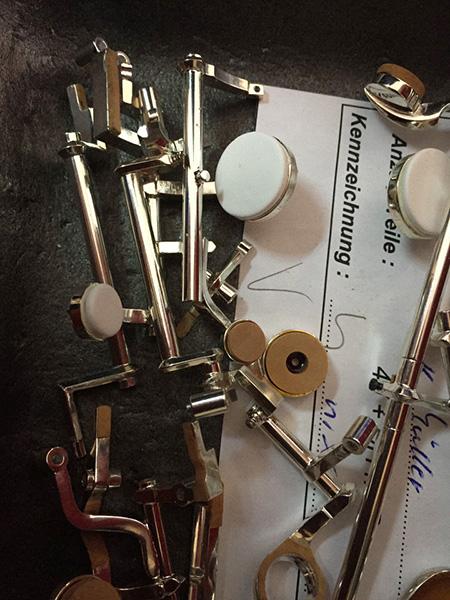 Einzelteile einer Klappenmechanik