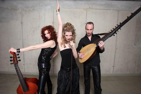 Das Ensemble Unidas wurde im Frühjahr 2008 in Wien von Theresa Dlouhy (Sopran) und Eva Reiter (Viola da Gamba) gegründet, Christopher Dickie ergänzt das Duo bei ausgewählten Stücken auf der Laute.