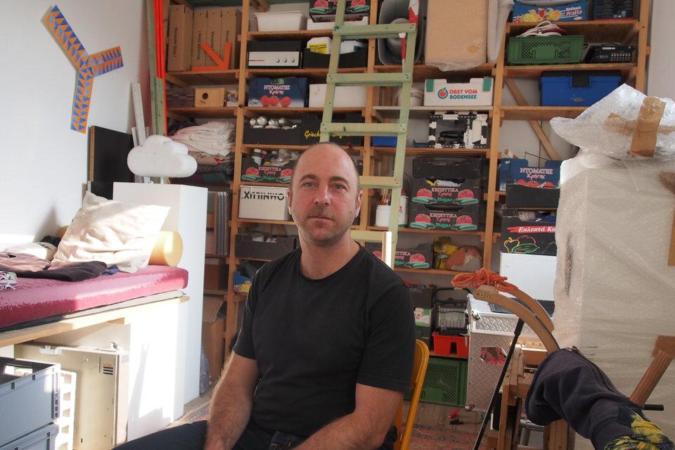 Der Bildhauer Michl Schmidt in seinem Atelier.