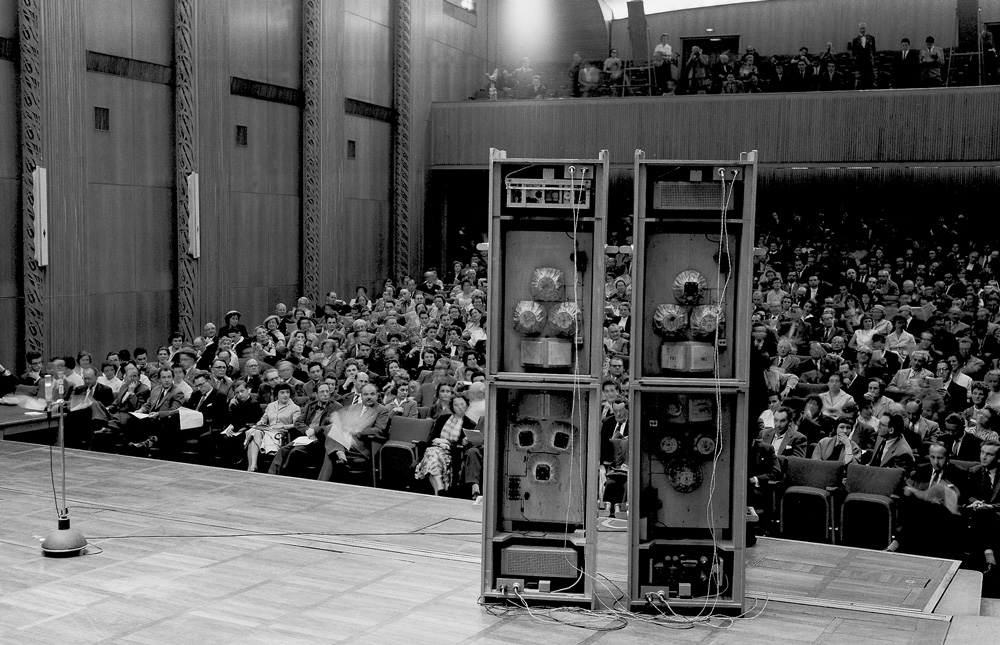 Elektronische Eklatanz: Lautsprecher bevölkerten die Bühne bei der Uraufführung von Karlheinz StockhausensGesang der Jünglinge1956 - das Publikum reagierte mit lautstarken Protesten•Foto© Historisches Archiv des WDR: Bildnummer 1426933