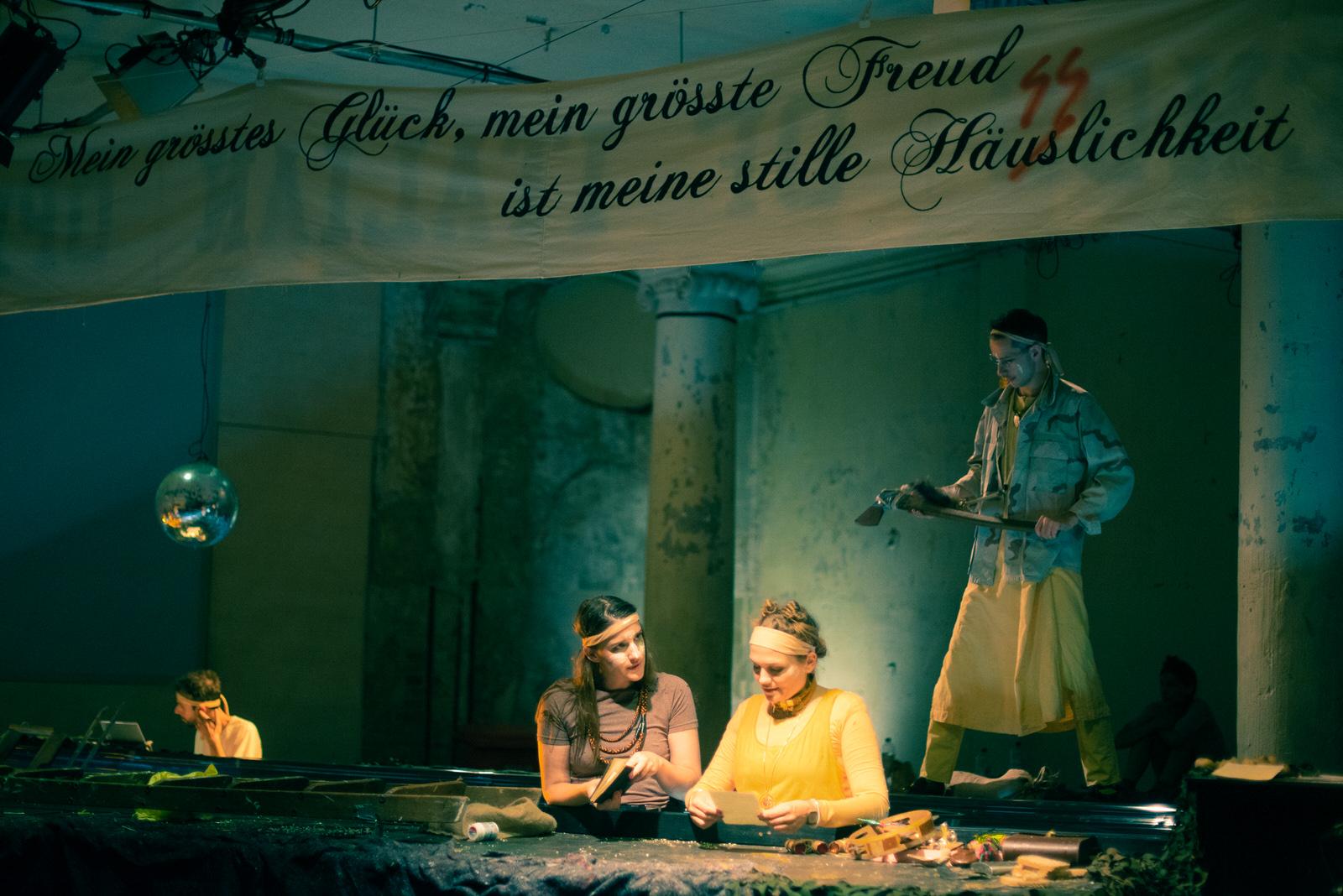 Roman Lemberg (Orgel), Gina-Lisa Maiwald (Schauspiel), Ulrike Schwab (Schauspiel) in GOLD • Foto© Sonya Bobrik