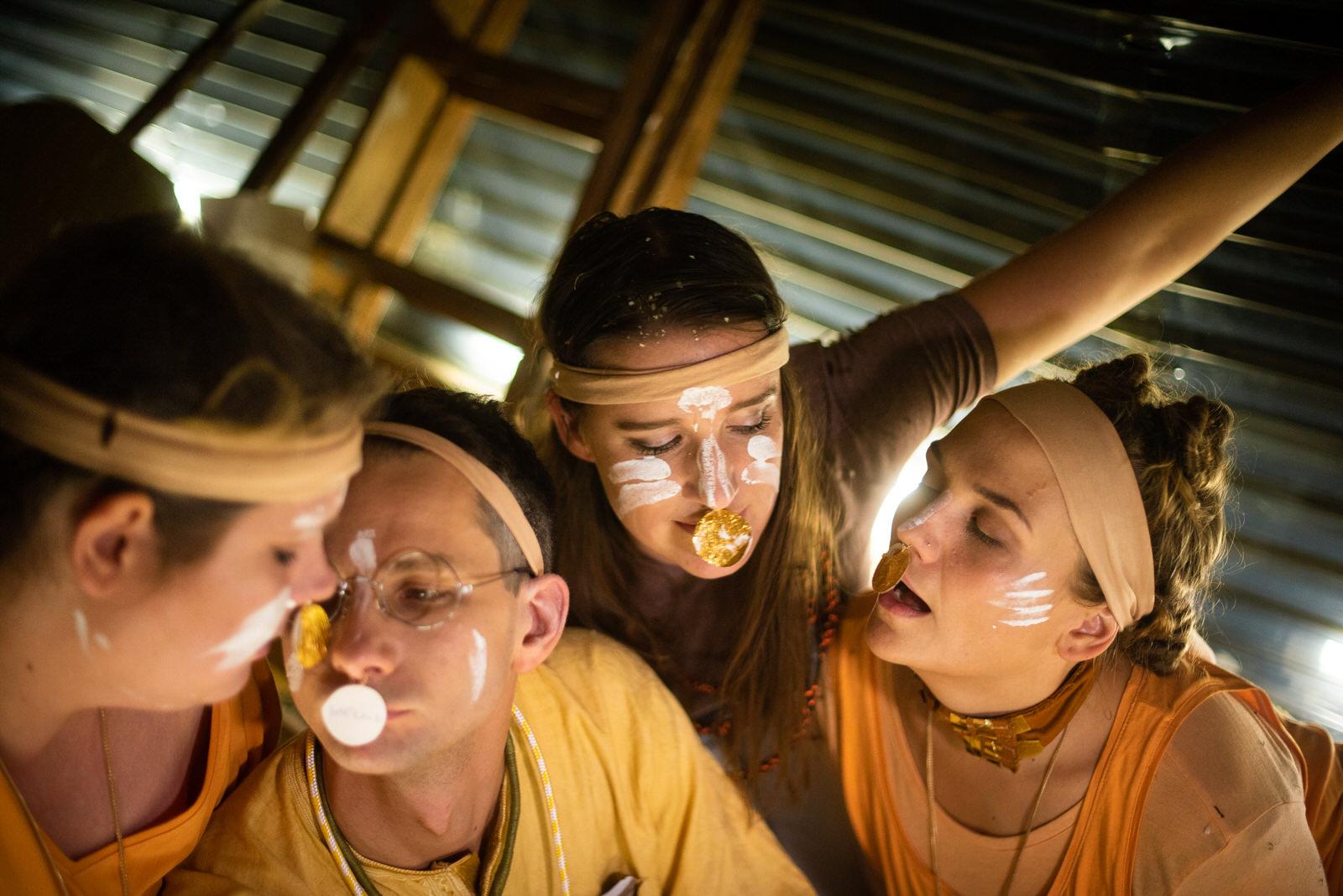 Vera Maria Kremers (Sopran), Wieland Schönfeld (Schauspiel), Gina-Lisa Maiwald (Schauspiel) und Ulrike Schwab (Sopran) in GOLD • Foto © Sonya Bobrik