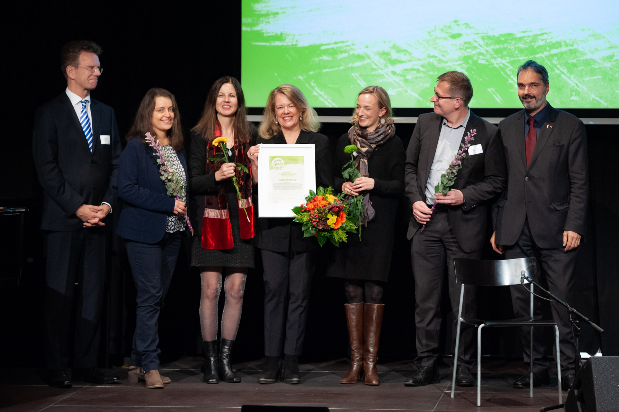 Ilona Schmiel bei derEntgegennahme des Junge-Ohren-Preises »Charakter« am 27. November 2018 in Dortmund umgeben vonMusikvermittler/innen, mit denen sie inBremen, Bonn und Zürichgemeinsam Programme gestaltet hat.