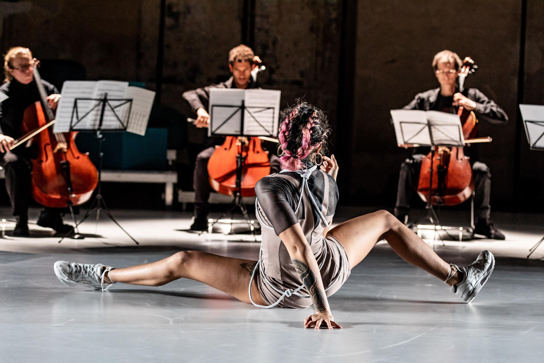 """Jahra 'Rager' Wasasala ist eine der zwei queeren Jeanne d'Arcs in Christoph Winklers Eastman-Projekt """"Speak Boldly""""Foto © Oliver Look"""