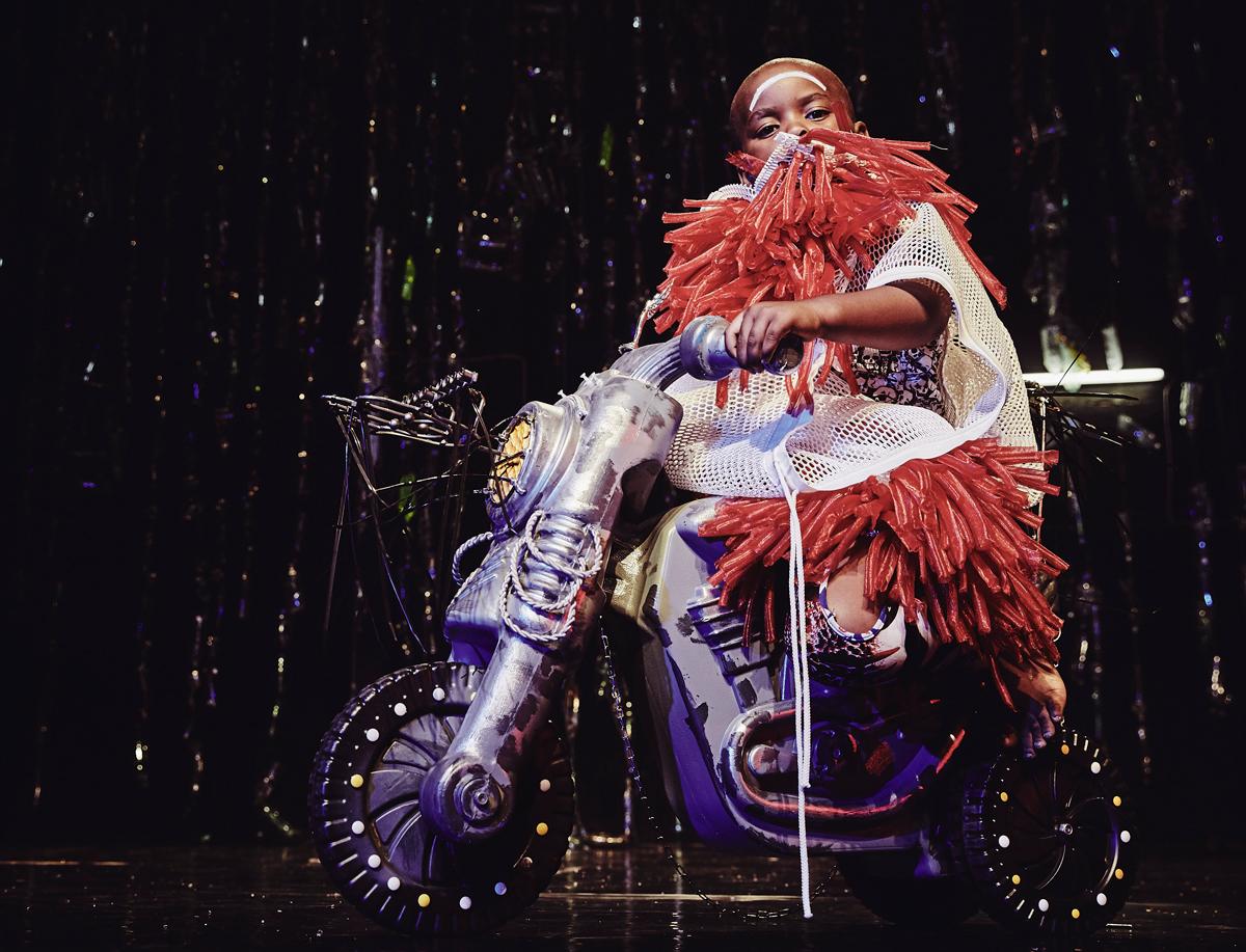 Eine junge Tänzerin auf einem Zukunftsgefährt aus den sozialen Werkstätten des Johannesburger Hillbrow-Theaters.• Foto © THEMBA