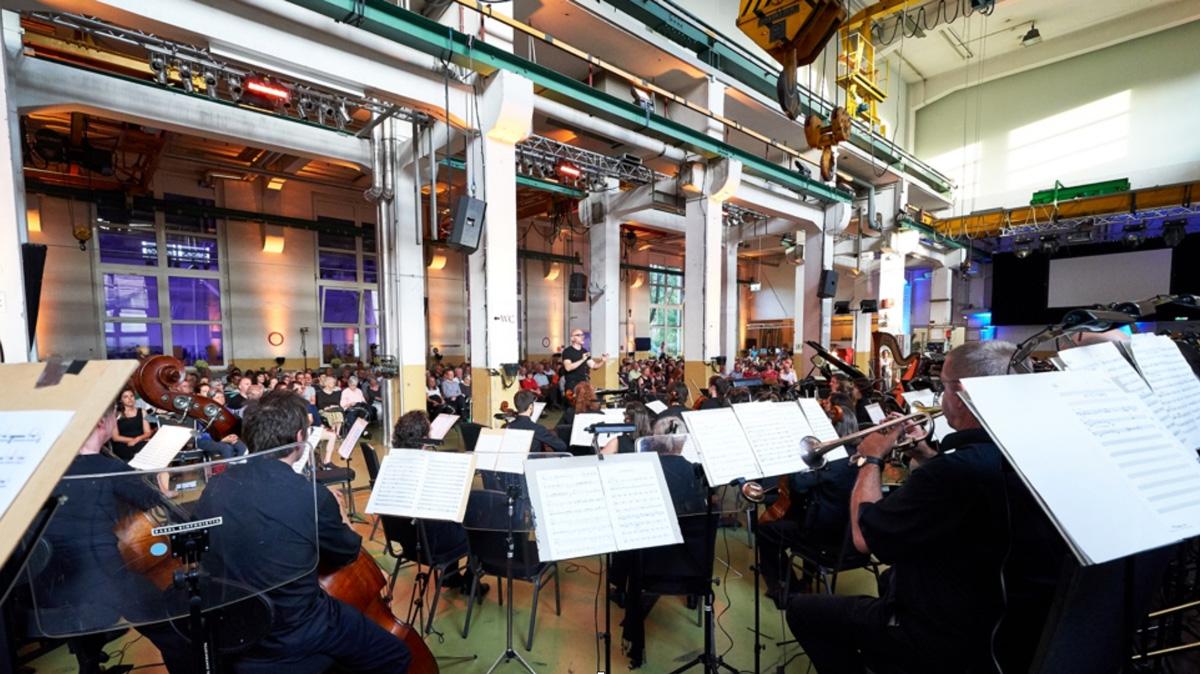 Baldur Brönnimann dirigiert im Juni 2018 die Basel Sinfonietta im Alten Kraftwerk Basel • Foto © Benno Hunziker