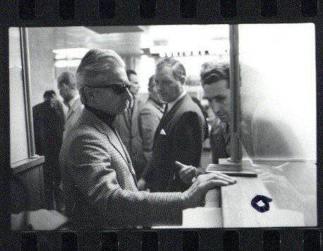 Karajan bei der Einreise • Foto Reinhard Friedrich / Archiv Berliner Philharmoniker