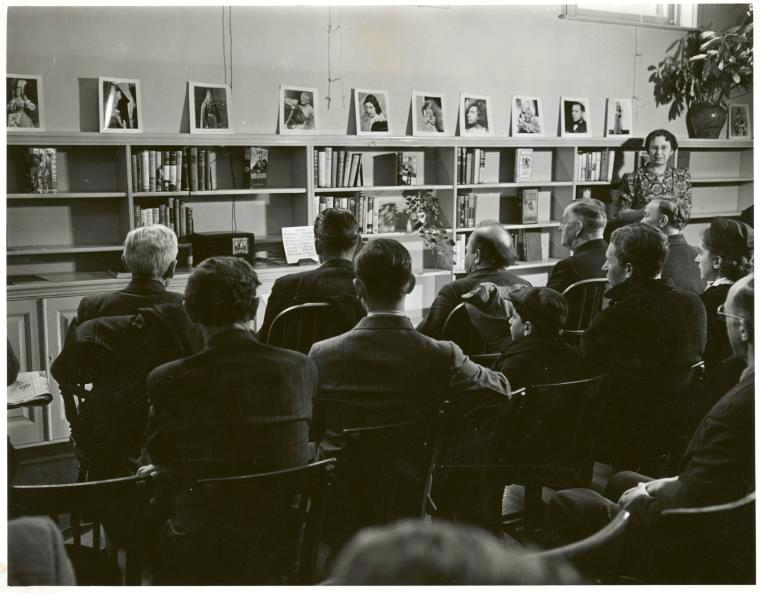 Ein Opernverein hört eine Radioübertragung in New York •FotoNew York Public Library (Public Domain)