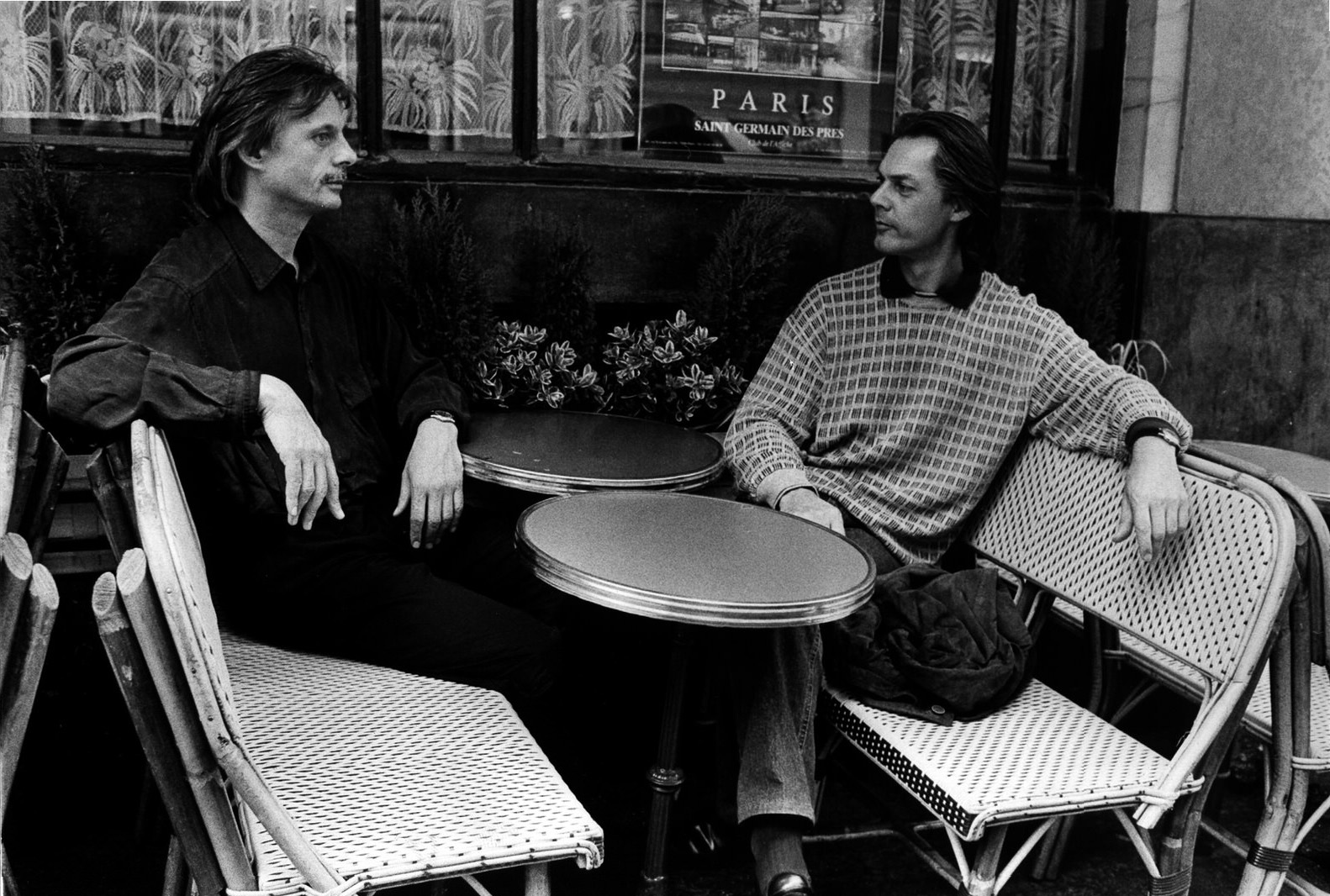 Manfred Eicher, Jan Gabarek im Café de Flore, Paris, 1980er • Foto © Christian Rose