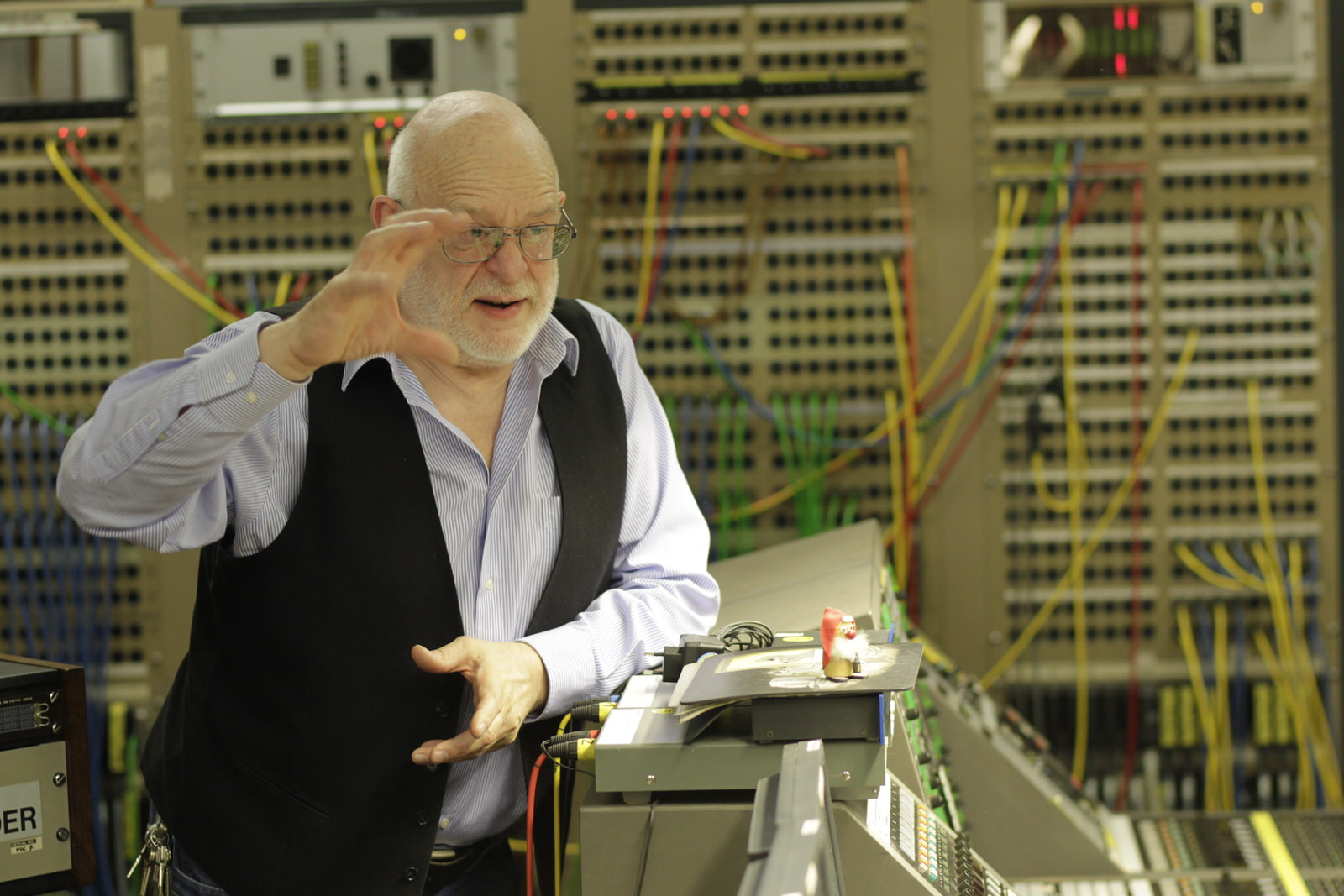 Toningenieur Volker Müller, einer der ehemaligen Mitarbeiter des Studios, präsentiert, erläutert und beantwortet die Fragen der Besucher in der Lagerhalle Köln-Ossendorf • Foto © WDR/Thomas Brill