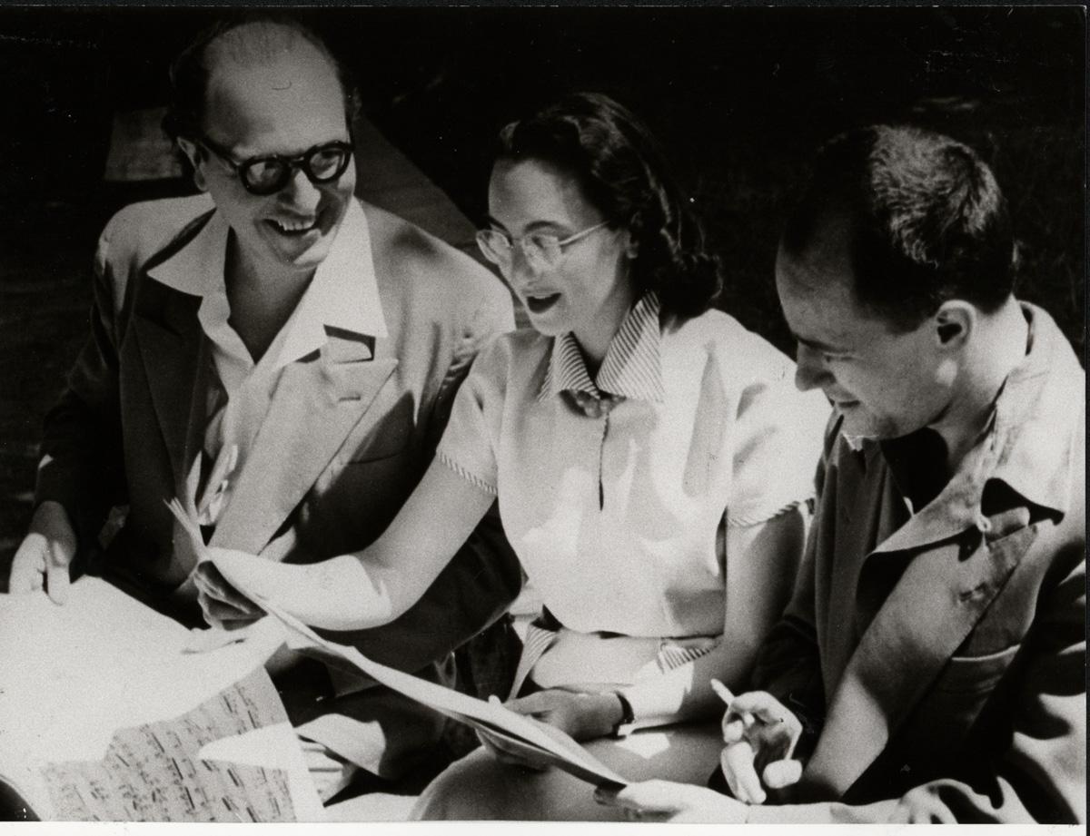 Olivier Messiaen, Yvonne Loriod und Pierre Boulez mit Partitur (1952) • Foto © IMD-Archiv /Pit Ludwig