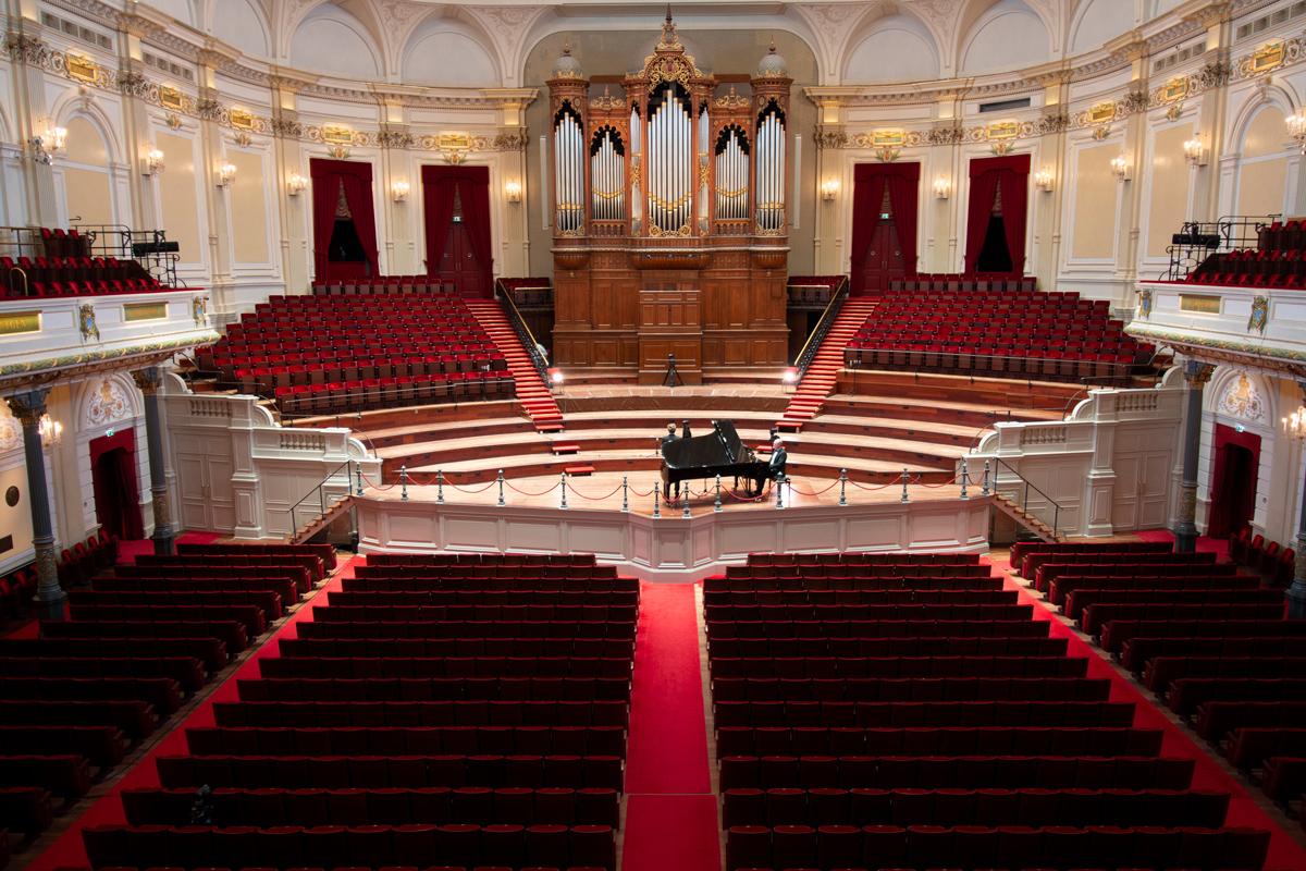 Im leeren Concertgebouw • Foto ©Bernd Köhnen