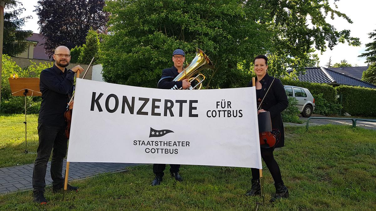 Spielten in Ströbitz ein »Konzert für Cottbus«:Die Musiker*innen (v.l.n.r.): Johannes Müller, Karl Berkel und Priscila Baggio Simeoni • Foto ©Doris Tuchan