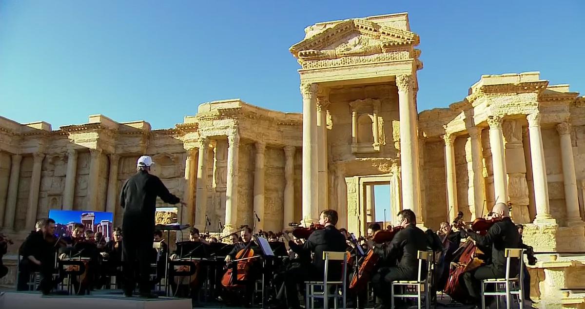 Gergiev und das Mariinsky-Orchester beim Konzert vor russischen Truppen im eroberten Palmyra.